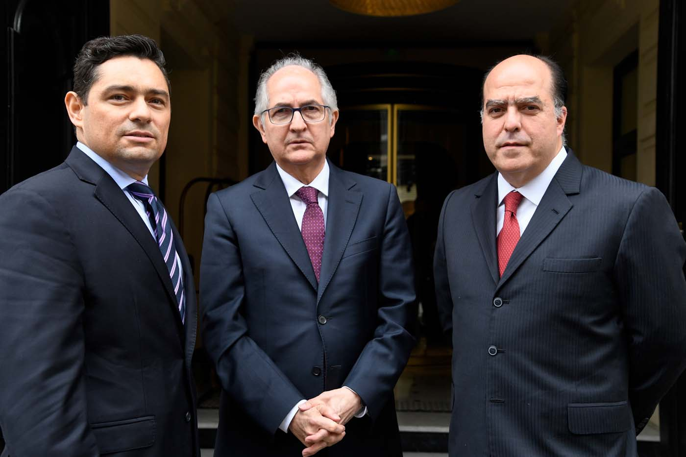 Members of Venezuela's opposition, (L-R) representative to leader Leopoldo Lopez, Carlos Vecchio, Caracas mayor Antonio Ledezma, and former president of the National Assembly Julio Borges pose after a press conference on April 3, 2018 in Paris. / AFP PHOTO / BERTRAND GUAY
