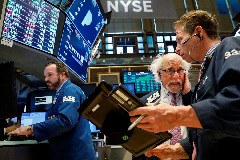 Operadores trabajando en la bolsa de Wall Street en Nueva York, MAR 29, 2018. REUTERS/Brendan McDermid