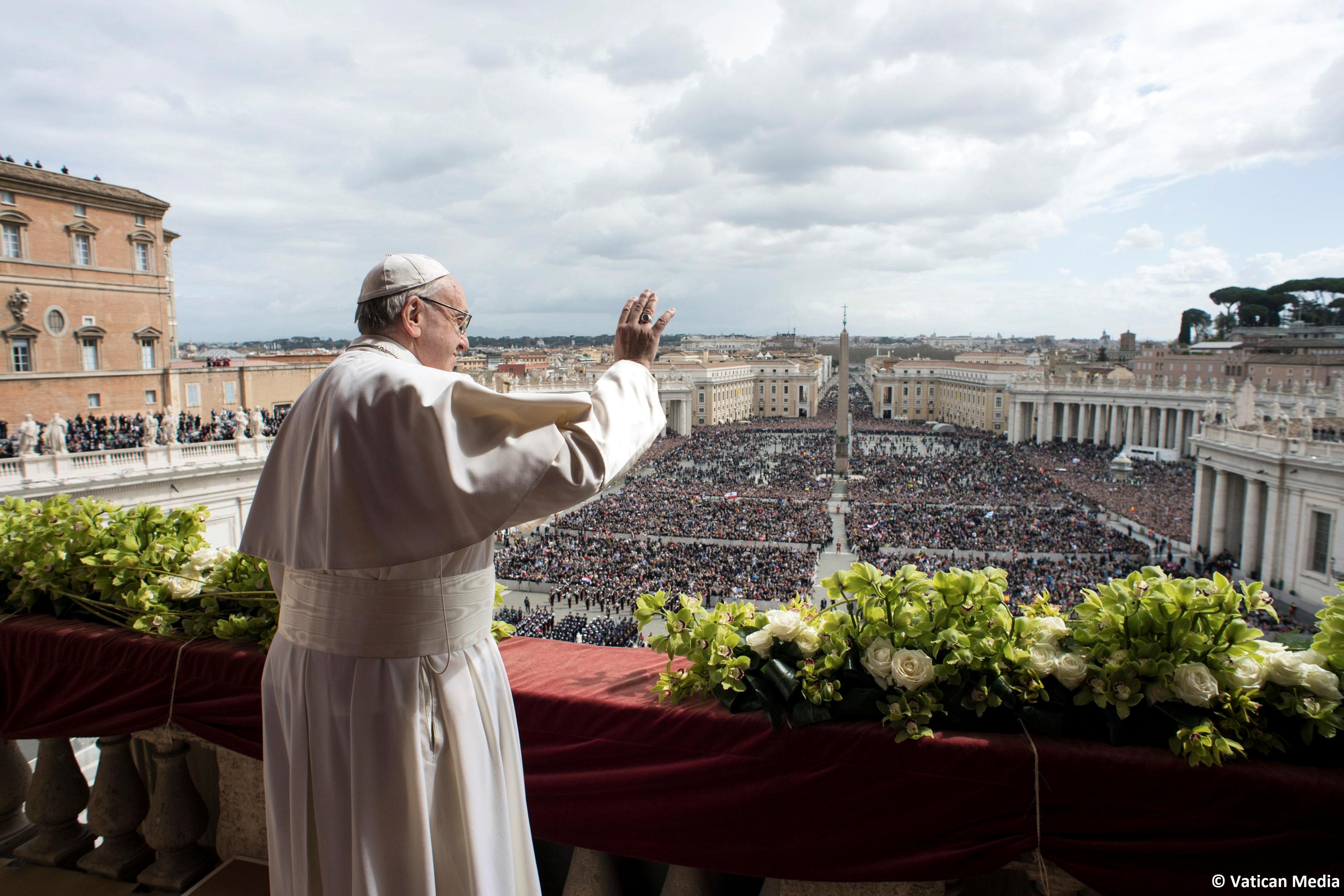 El Papa Francisco aparece antes de entregar su mensaje de Pascua en la dirección de Urbi et Orbi (a la Ciudad y el Mundo) desde el balcón que da a la Plaza de San Pedro en el Vaticano el 1 de abril de 2018. Osservatore Romano / Folleto a través de EDITORES DE ATENCIÓN REUTERS