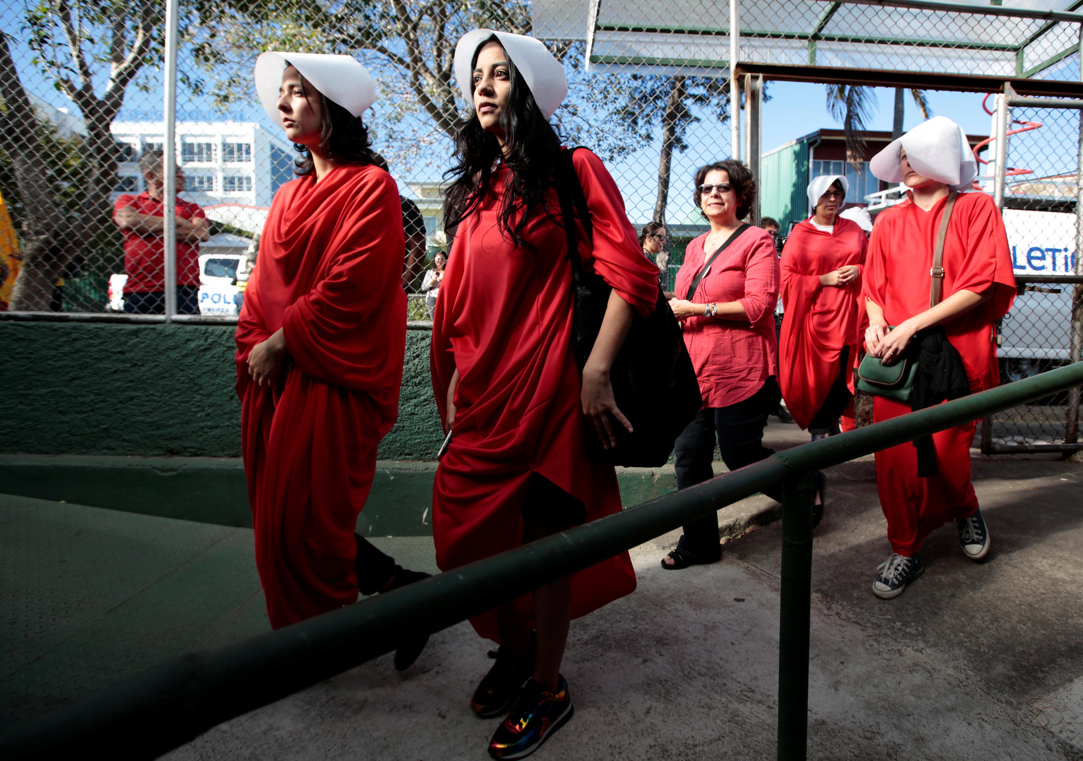 Una activista vestida con un traje de la serie The Handmaid's Tale se prepara para votar durante las elecciones presidenciales, en un colegio electoral en San José, Costa Rica, el 1 de abril de 2018. REUTERS / Juan Carlos Ulate