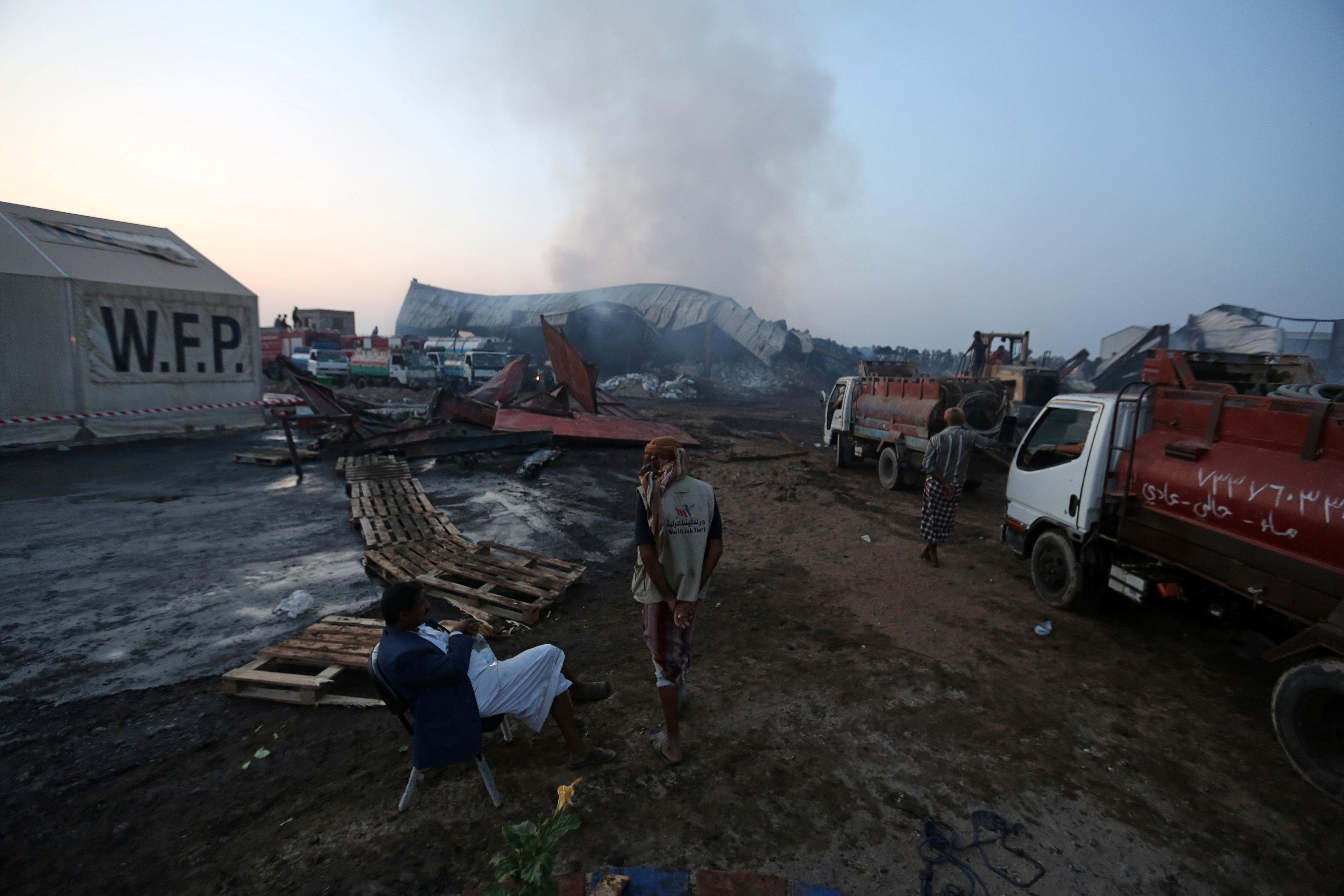 El humo sale de un almacén del Programa Mundial de Alimentos un día después de que el fuego lo envolvió en la ciudad portuaria de Hodeida, Yemen, el 1 de abril de 2018. REUTERS / Abduljabbar Zeyad