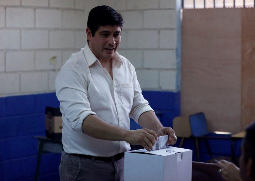Carlos Alvarado Quesada, candidato presidencial del oficialista Partido Acción Ciudadana (PAC), sufraga en las en un centro de votación en San José, Costa Rica, 1 abril, 2018. REUTERS/José Cabezas