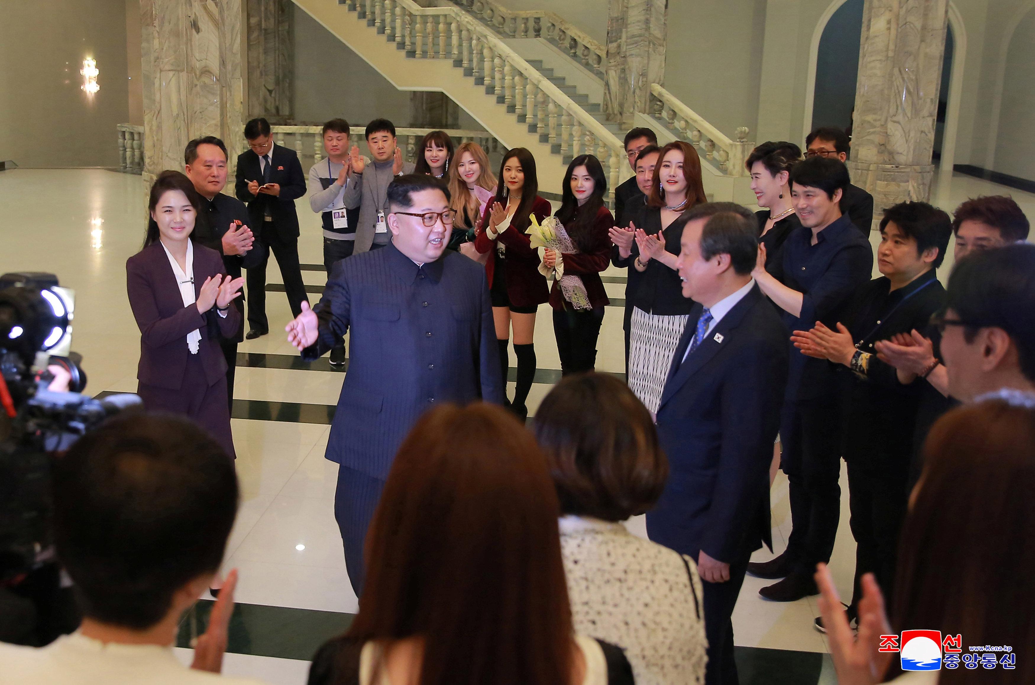 """El líder norcoreano Kim Jong Un y su esposa Ri Sol Ju disfrutaron de una actuación de cantantes surcoreanos de K-pop en un concierto bajo el título """"Spring is Coming"""" en el Gran Teatro East Pyongyang en Corea del Norte el 1 de abril en esta foto lanzada por Agencia Central de Noticias de Corea del Norte (KCNA) en Pyongyang 2 de abril de 2018. KCNA / vía Reuters EDITORES DE ATENCIÓN - ESTA IMAGEN FUE PROPORCIONADA POR UN TERCERO. REUTERS NO PUEDE VERIFICAR INDEPENDIENTEMENTE ESTA IMAGEN. NO HAY VENTAS DE TERCEROS. NO PARA EL USO POR LOS DISTRIBUIDORES DE TERCEROS DE REUTERS. COREA DEL SUR HACIA FUERA."""