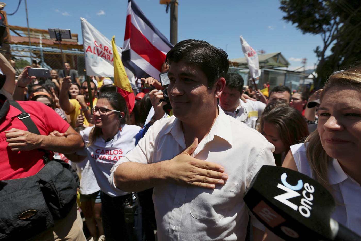 Carlos Alvarado Quesada, presidential candidate of the ruling Citizens' Action Party (PAC), gestures to supporters after casting his ballot during the presidential election in San Jose, Costa Rica April 1, 2018. REUTERS/Jose Cabezas TPX IMAGES OF THE DAY