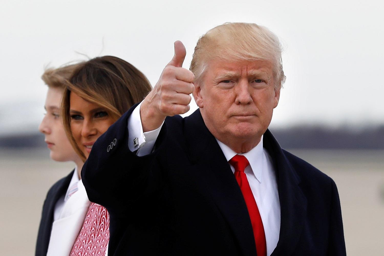El presidente de EE.UU. Donald Trump hace un gesto a los medios mientras llega con la primera dama Melania Trump y su hijo Barron a la Base Andrews en Maryland, EE.UU., después del fin de semana de Pascua en Palm Beach, Florida, el 1 de abril de 2018. REUTERS / Yuri Gripas