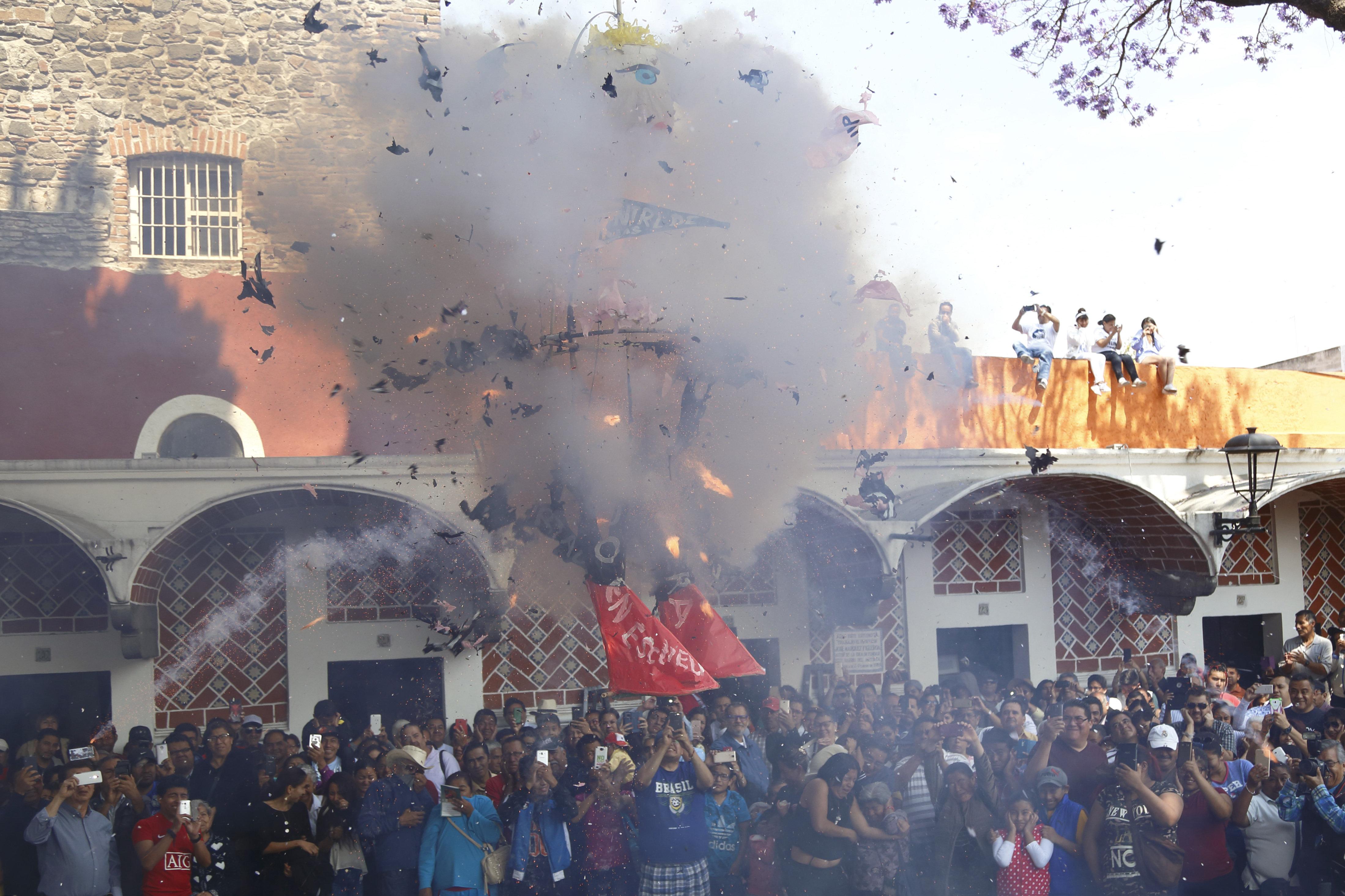 MEX26. PUEBLA (MÉXICO), 31/03/2018.- Fotografía de un muñeco de papel caricaturizando al presidente de Estados Unidos, Donald Trump, durante la quema de Judas hoy, sábado 31 de marzo de 2018, en el Barrio del Artista de Puebla (México). EFE/Francisco Guasco