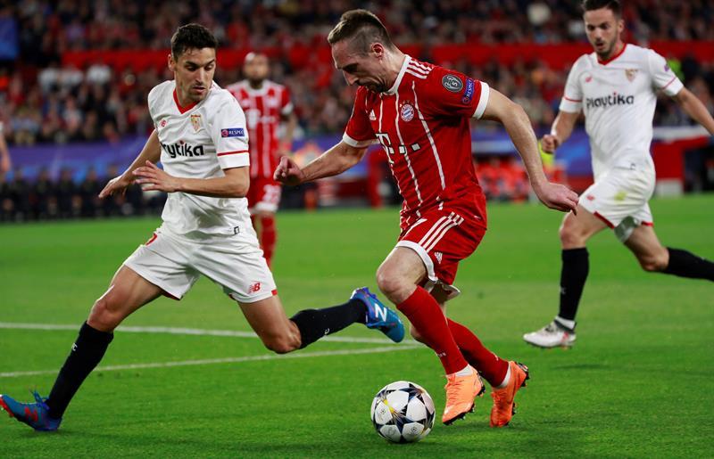 El delantero francés del Bayern, Franck Ribéry (d), conduce el balón ante el jugador del Sevilla, Jesús Navas, durante el encuentro correspondiente a la ida de los cuartos de final de la Liga de Campeones disputado esta noche en el estadio Sánchez Pizjuán de la capital andaluza. EFE