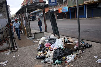 """No hubo recolección durante los días """"santos"""", en la plaza Bolívar era una vergüenza. (Foto /Gustavo delgado)"""
