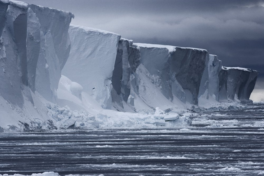 El glaciar Ross  desagua 538.000 kilómetros cuadrados en el este de la Antártida y vierte 70.000 millones de toneladas de hielo cada año