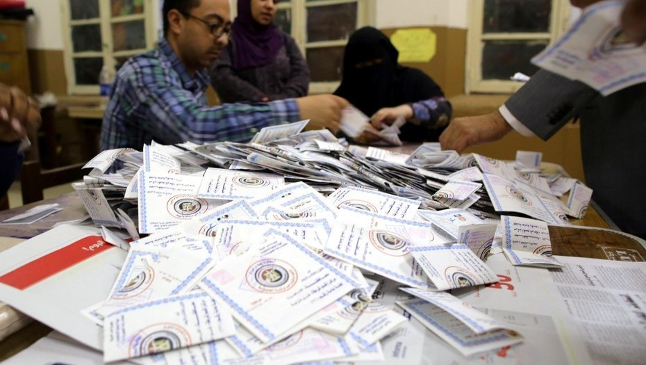 Trabajadores electorales cuentan las papeletas al final del último día de las elecciones presidenciales en El Cairo (Egipto). EFE
