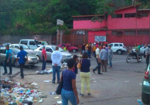 La salida de Palo Verde hacia la avenida Francisco de Miranda a la altura de la antigua redoma de Petare también se encuentra trancada por los manifestantes (Foto extraída de las redes sociales)
