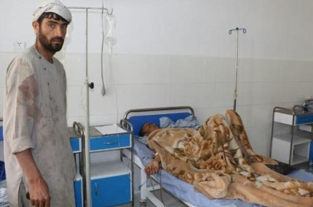 Un joven afgano recibe tratamiento para sus heridas en un hospital de Kunduz después de que un ataque aéreo bombardeara la escuela coránica donde estudiaba (Foto: AFP)