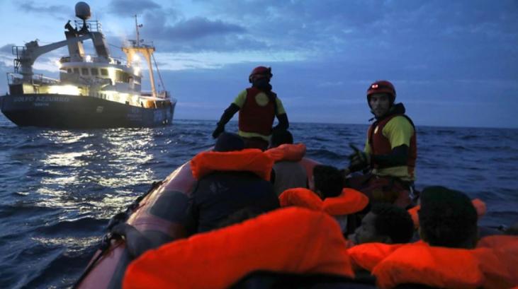 Rescatistas auxilian a embarcación de migrantes. Reuters