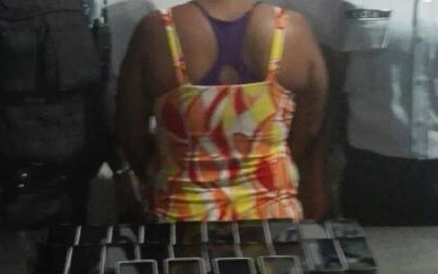 Mujer detenida con 24 celulares // Foto vía La Verdad