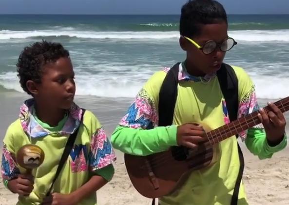 """Foto: Con cuatro y maraca niños versionan la canción """"Bailame"""" de Nacho"""