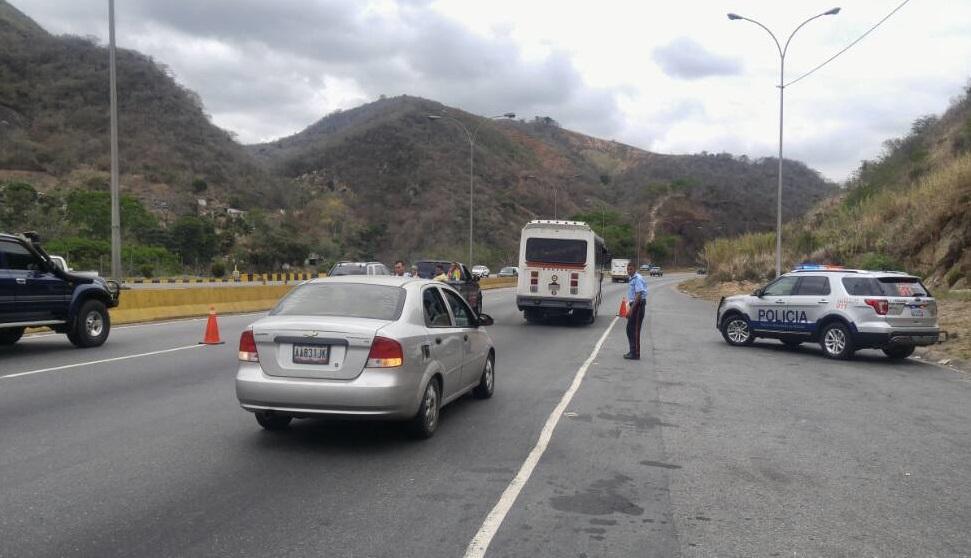 Punto de Control en la Autopista Gran Mariscal de Ayacucho (AGMA) // Foto @Policia_Miranda