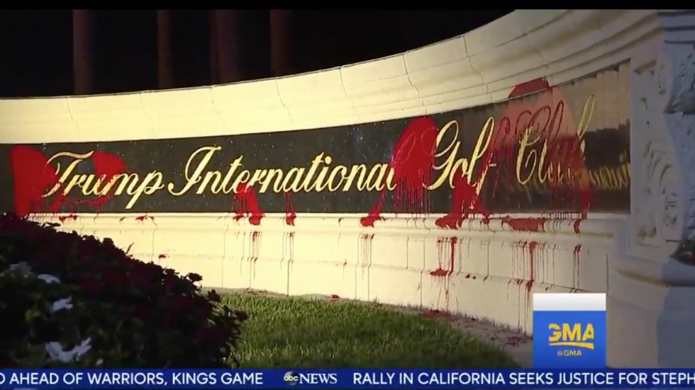 Fachada del club de golf de Donald Trump apareció manchado con pintura roja // FOTO @thehill