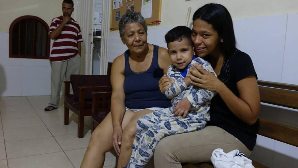 La venezolana Susana guevara, con uno de sus hijos, en el centro de Migraciones de la Fundación Scalabrini en Cúcuta. RUTH SILVA REUTERS-QUALITY
