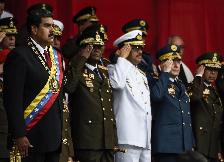 El presidente venezolano, Nicolás Maduro (izq.) Y miembros del alto mando militar asisten a una ceremonia de honor militar en Caracas el 24 de mayo de 2018. / AFP PHOTO / Juan BARRETO