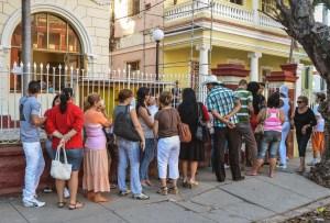 Los cubanos ahora tienen los problemas de cualquier viajero, la visa y el dinero para el pasaje
