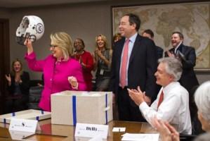 A Hillary Clinton le regalaron un casco de fútbol americano para futuras caídas