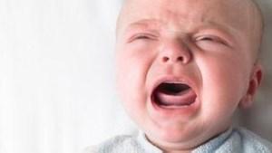 ¿Hay que dejar que los bebés lloren en la noche?