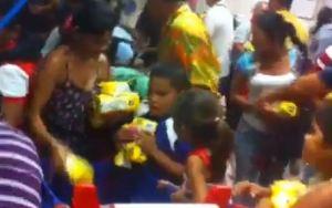 ¡No son los Reyes Magos! Así reaccionan cuando llega la Harina Pan (VIDEO Impactante)