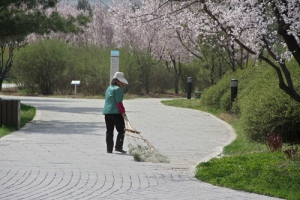 """Millonaria china trabaja como barrendera para """"dar ejemplo"""" a sus hijos"""