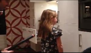 ¡Escándalo! Peina a su hija con una aspiradora (Imágenes)