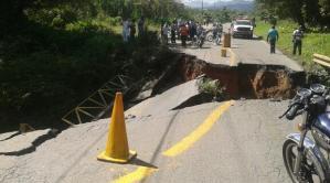 En fotos: Un puente en Caucagua se desplomó