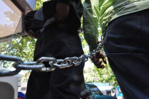 Encadenados para que se restablezca el hilo constitucional (Fotos)