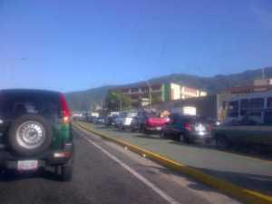 Cola en la autopista Caracas – La Guaira (Fotos)