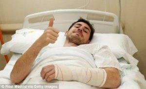 """Iker Casillas regresa a casa tras ser operado """"con éxito"""" de una mano"""