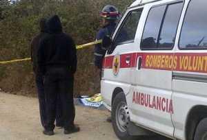 Hallan a niño de 3 años junto a dos cadáveres en una carretera de Guatemala