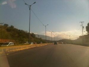 """Así """"ranchificaron"""" el alumbrado público de la perimetral Guarenas-Guatire (fotos)"""