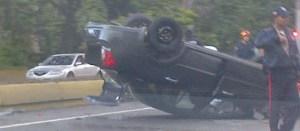 Carro volcado en la autopista Francisco Fajardo a la altura de El Paraíso (Foto)