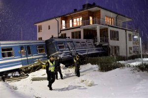 Tren robado choca contra inmueble en Suecia (Foto)