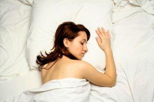 Riesgos de dormir boca abajo