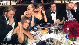 """Así """"protestó"""" el elenco de Modern Family tras perder el Globo de Oro (FOTO)"""