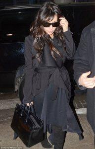 Kim Kardashian muestra su… barriguita en el aeropuerto (FOTOS)