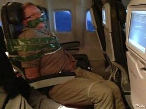 La FOTO del impertinente borrachín que amarraron en el avión