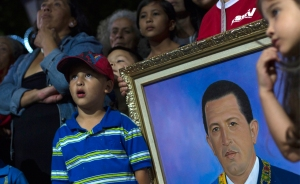 Chavistas y opositores, atentos a Chávez aunque sin apartarse de la polémica