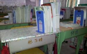 Escuelas chinas obligan a alumnos a comprar sus pupitres y sillas