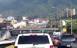"""La """"mega cola"""" para bajar a La Guaira (Fotos)"""
