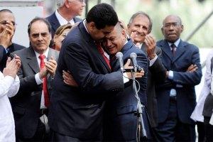 Así se abrazaron Diosdado y Maduro afuera de la AN (Foto)