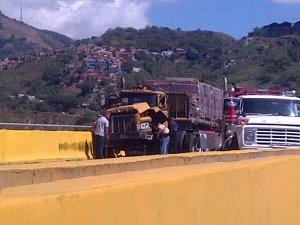 Reportan choque entre dos gandolas bajando de La Guaira (FOTOS)