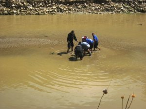 Hallan muertos a dos obreros arrastrados por un río en Bolivia