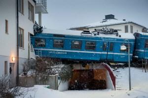 Se robó un tren y lo estrelló contra un edificio (Fotos)