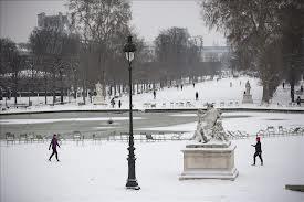 Cancelan 650 vuelos en París por la nieve