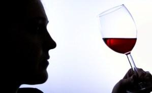 Los deportistas podrían doparse con solo tomar una copita de vino tinto